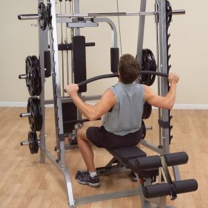 muscualr man doing a lat pulldown