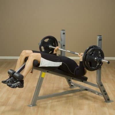 man training his chest on a bench