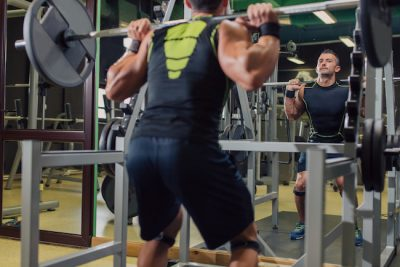 man training his legs in a gym rack
