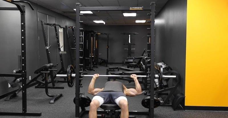 man doing flat bench presses