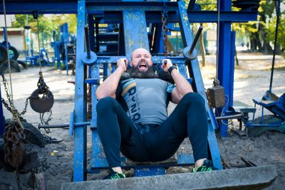 man training his leg muscles at an outdoor gym