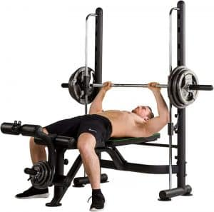 muscualr man bench pressing