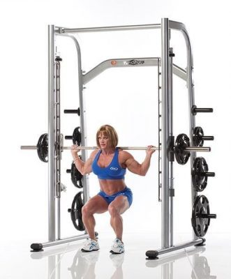 Muscualr woman doing a squat exercise